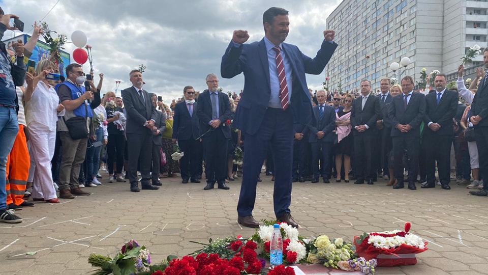 Послы стран ЕС возлагают цветы на месте гибели протестующего в Минске