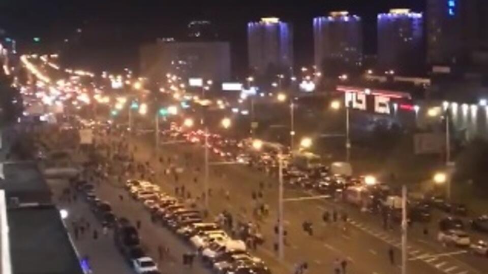 В Минске протестующие начали возводить баррикады и блокируют ОМОН