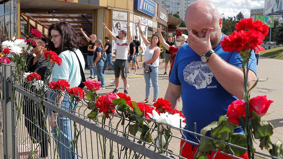 Жители Минска несут цветы к месту, где погиб протестующий