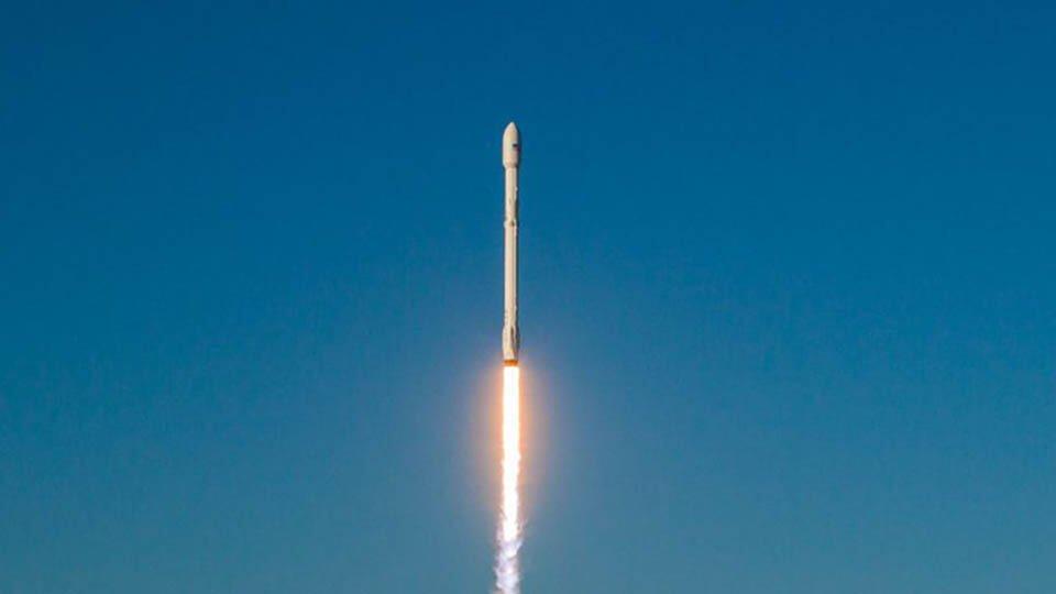 Первая ступень Falcon 9 успешно села в Атлантике