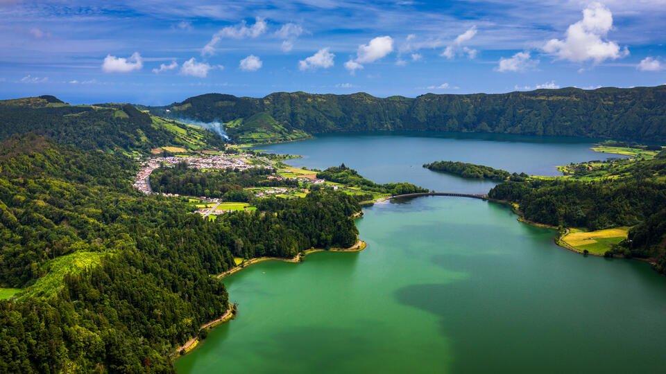 Фото: © Зеленое и голубое озера острова Сан-Мигел. Depositphotos