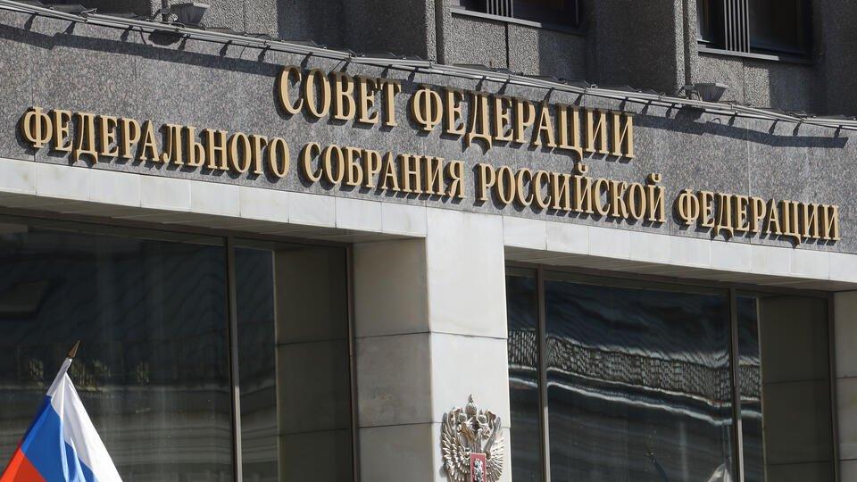 Сенатор назвал глумлением призыв выслать 300 дипломатов РФ из США