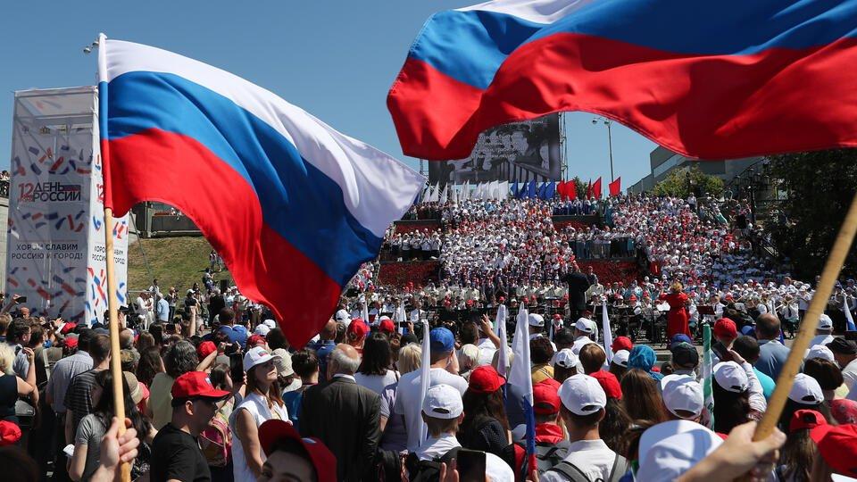 Цветы, флешмобы и рэп: госкомпании поздравили россиян с Днем России
