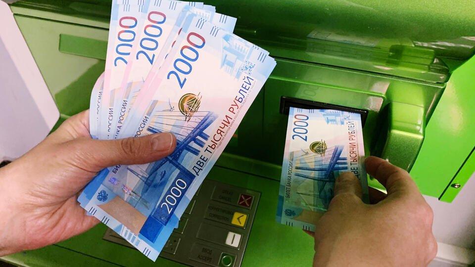 Сбербанк ввел комиссию в 1% за переводы через банкомат