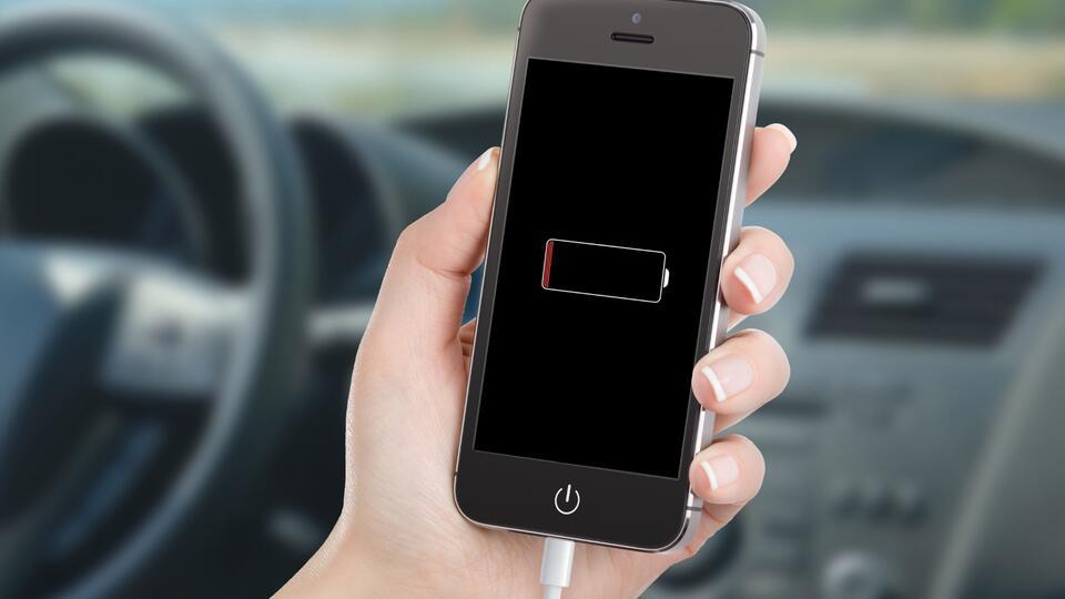 Эксперт заявил об опасности зарядки телефонов от прикуривателя