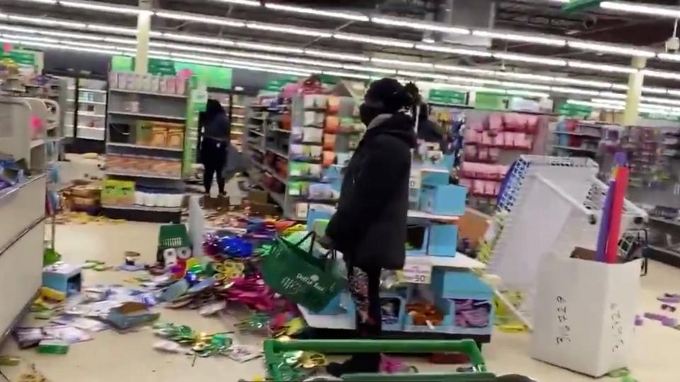 Недовольные убийством афроамериканца начали грабить магазины в США