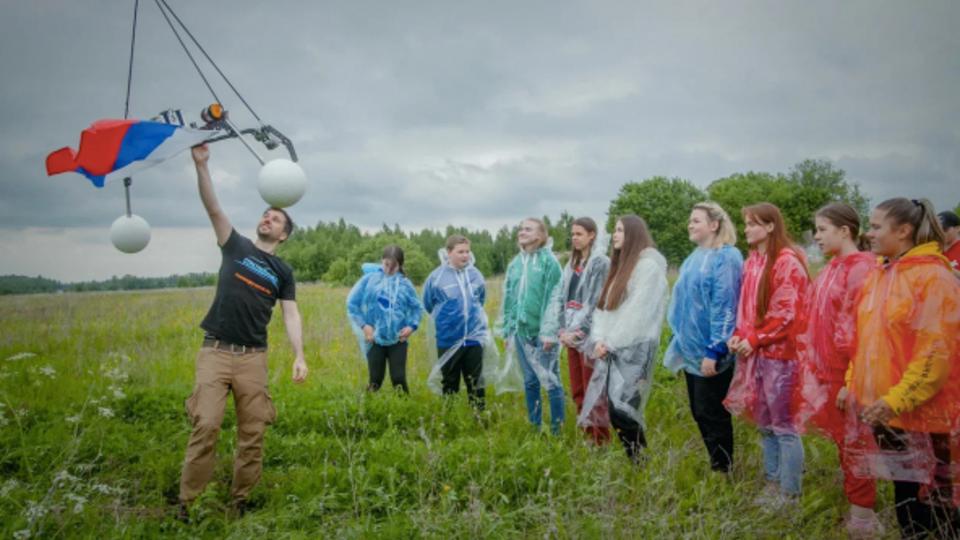 Триколор РФ подняли на высоту 26,6 километра в честь Дня России