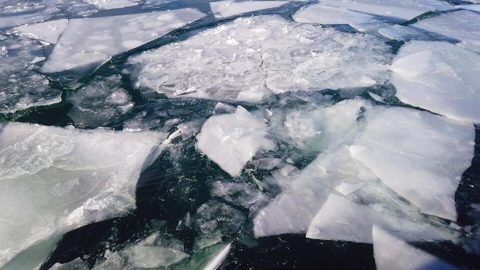 В ХМАО машина провалилась под лед, погибли женщина и младенец