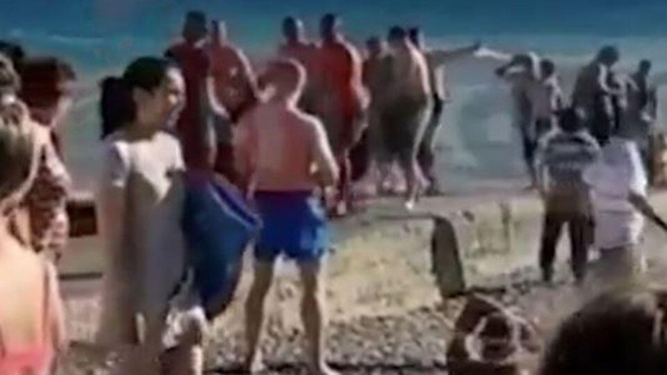 Видео: тонувшего мужчину спасли отдыхающие на пляже в Сочи