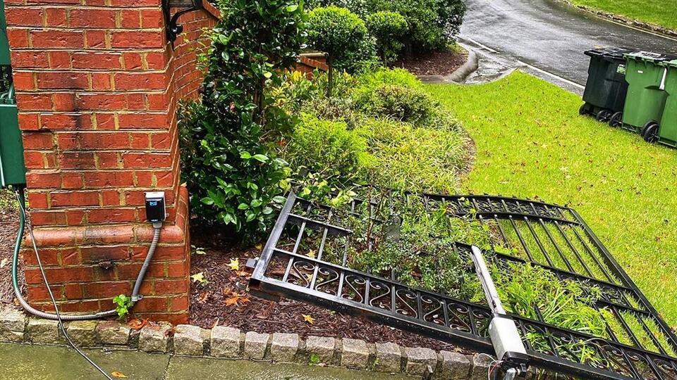 """""""Так было надо"""": Дуэйн Джонсон голыми руками вырвал ворота своего дома"""