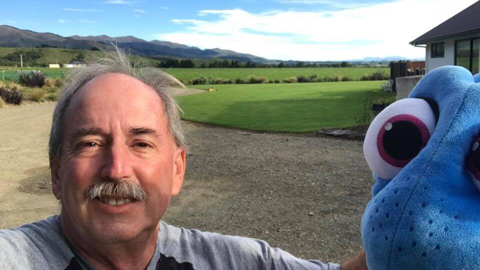 Фото: Дедушка из США путешествовал по Новой Зеландии вместе с рыбкой Дори
