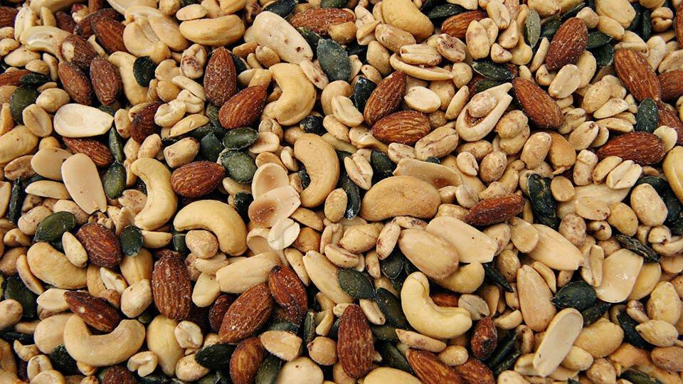 Диетолог рассказала, кому опасно есть орехи