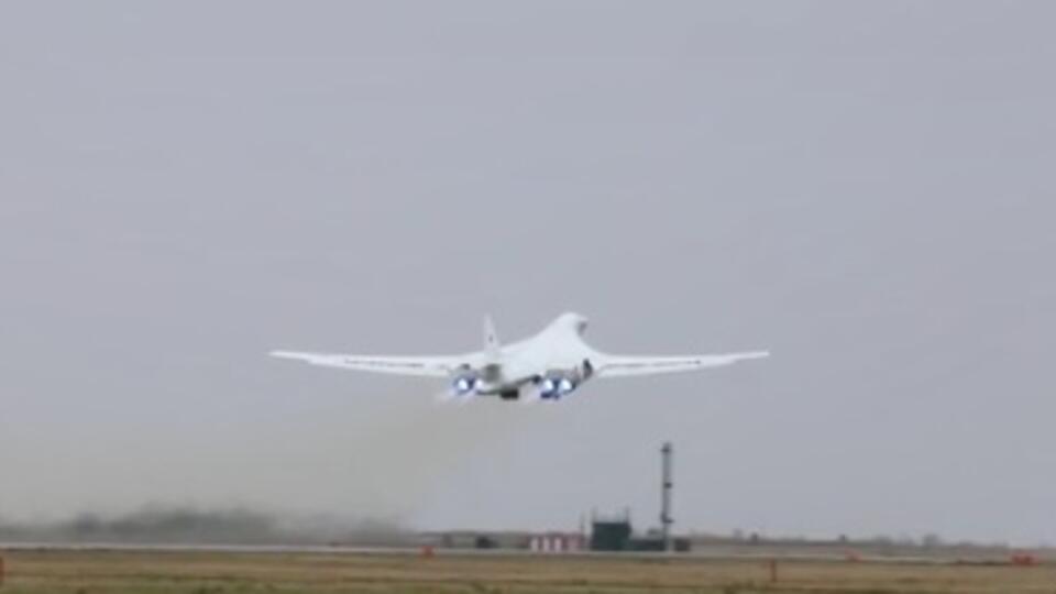 Минобороны показало полетракетоносцев Ту-160 над Балтийским морем
