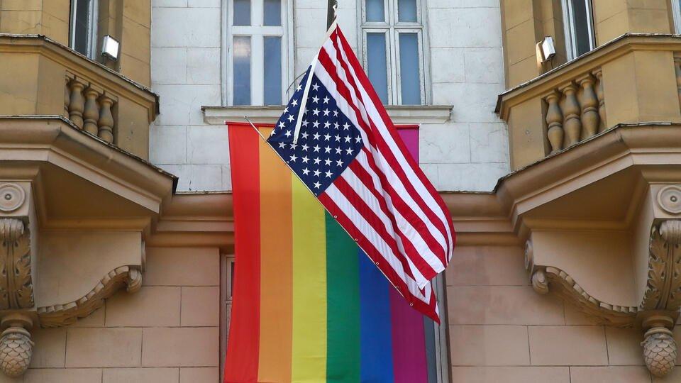Посольствам США разрешили вывешивать ЛГБТ-флаг вместе с американским