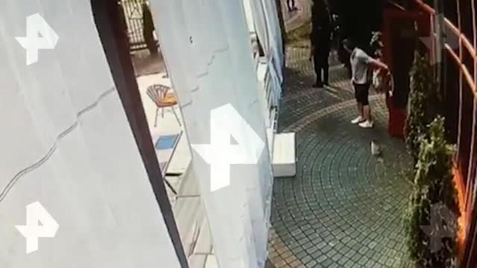 Видео: ревнивый муж изрезал жену ножом на ее работе под Москвой