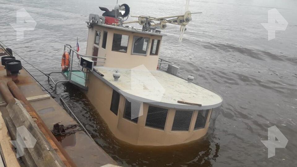 Фото затонувшего катера, из которого вылилось топливо в Москву-реку