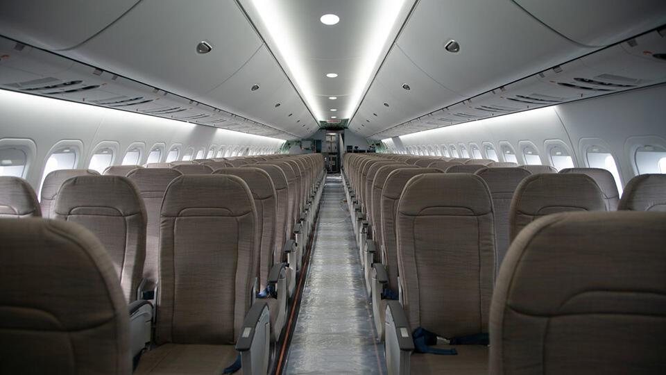 Дебошир домогался до стюардесс и хамил пассажирам во время полета