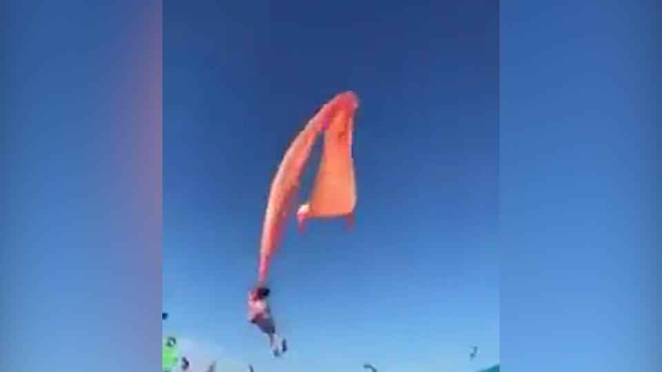 Огромный воздушный змей унес в небо ребенка