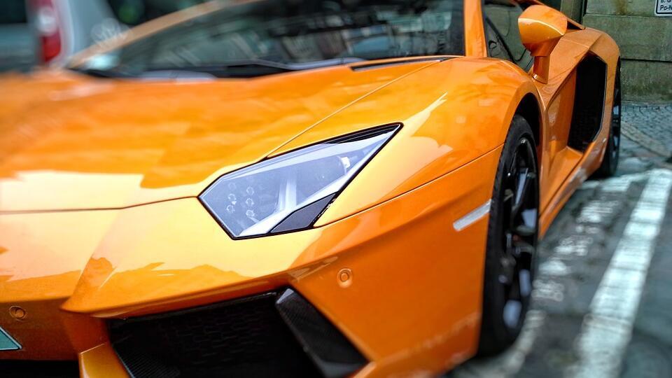 Американец взял Lamborghini и потратил на стриптизерш выплаты по COVID