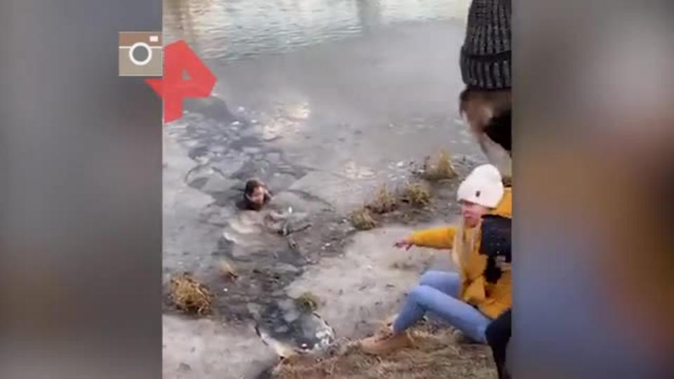 Девушка спасла провалившуюся под лед собаку