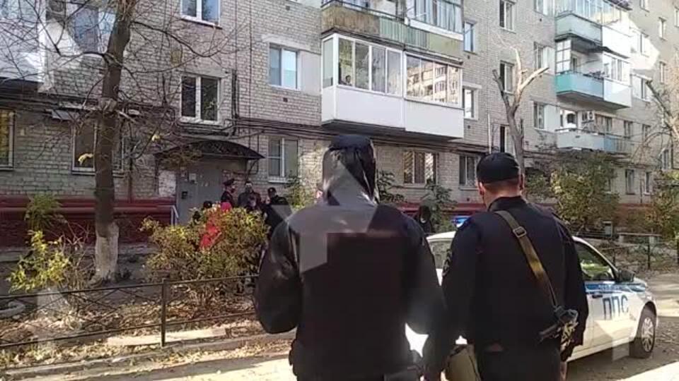 Первое видео из Саратова, где мать выбросила маленьких дочерей из окна
