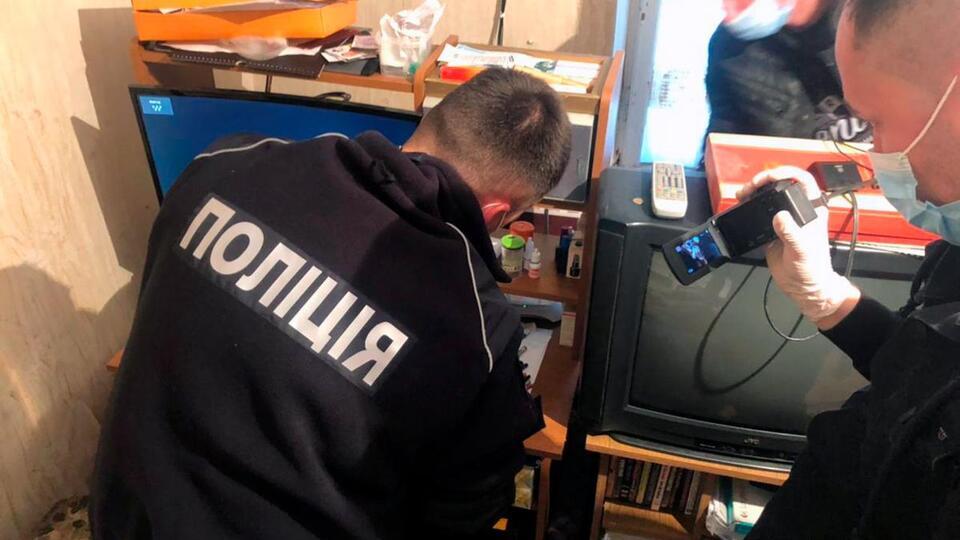 На Украине двух пенсионеров-педофилов задержали за растление школьниц