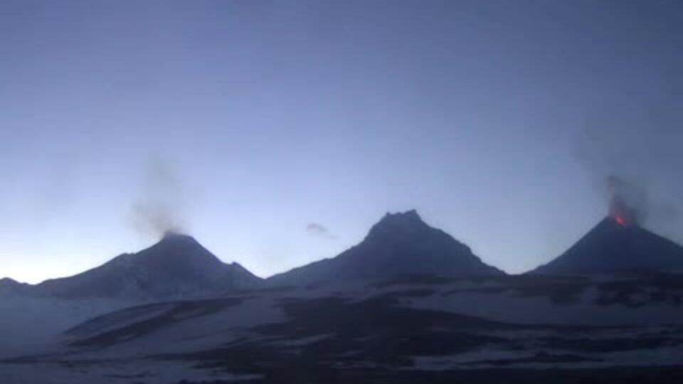 Извержение Ключевского вулкана на Камчатке показали на видео