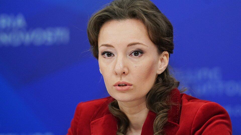 Кузнецова взяла на контроль инцидент с брошенными в аэропорту детьми