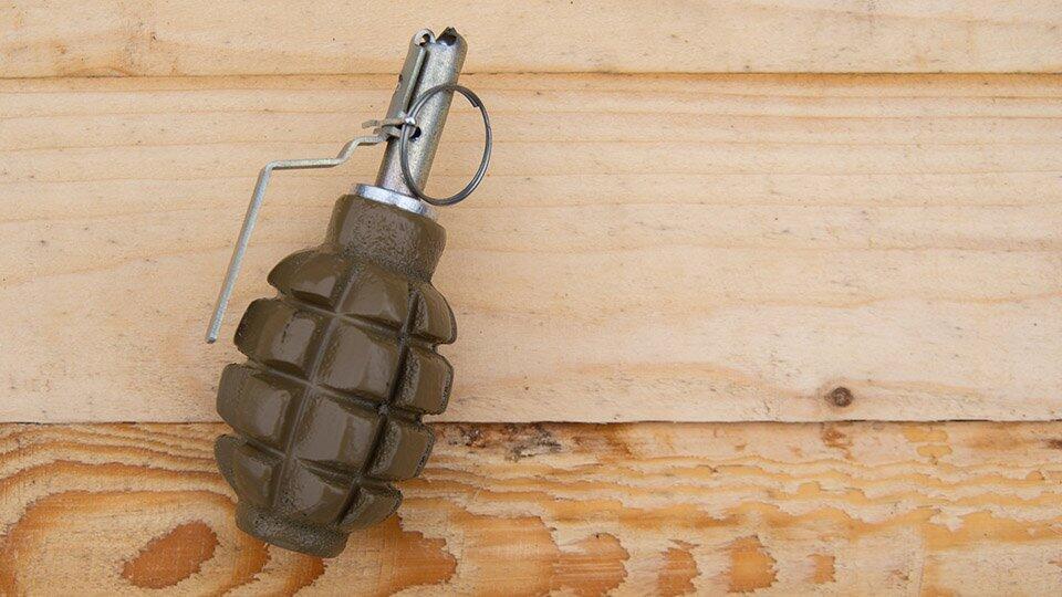 Придем и убьем: бизнесмену под дверь подбросили гранату с запиской