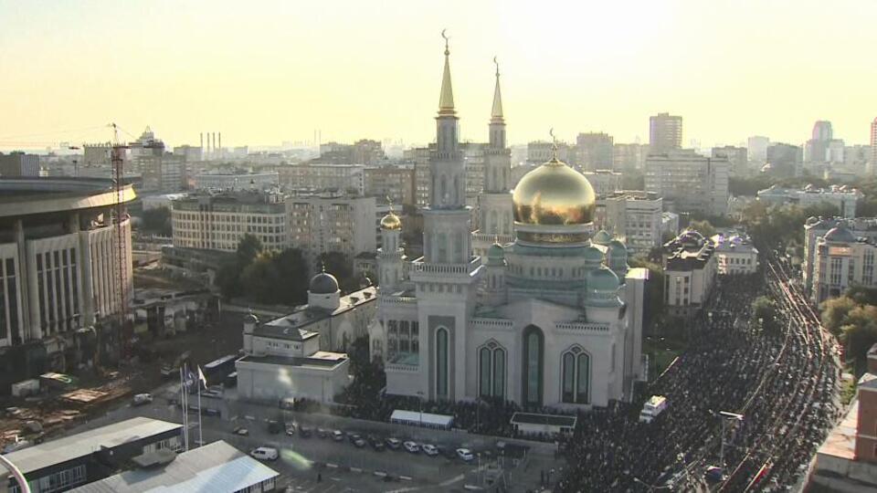 Видео: рекордное количество мусульман отметили Курбан-байрам в Москве
