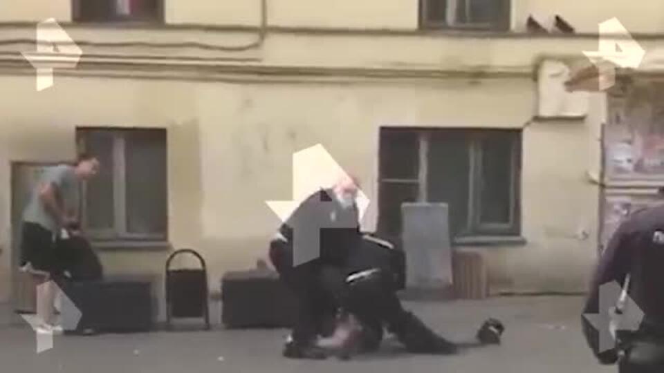 Видео: пьяный мужчина напал на полицейских в вестибюле метро