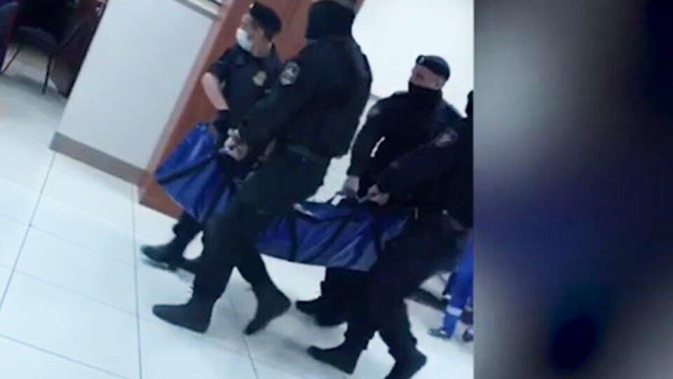 Видео: Ефремова выносят из суда на носилках