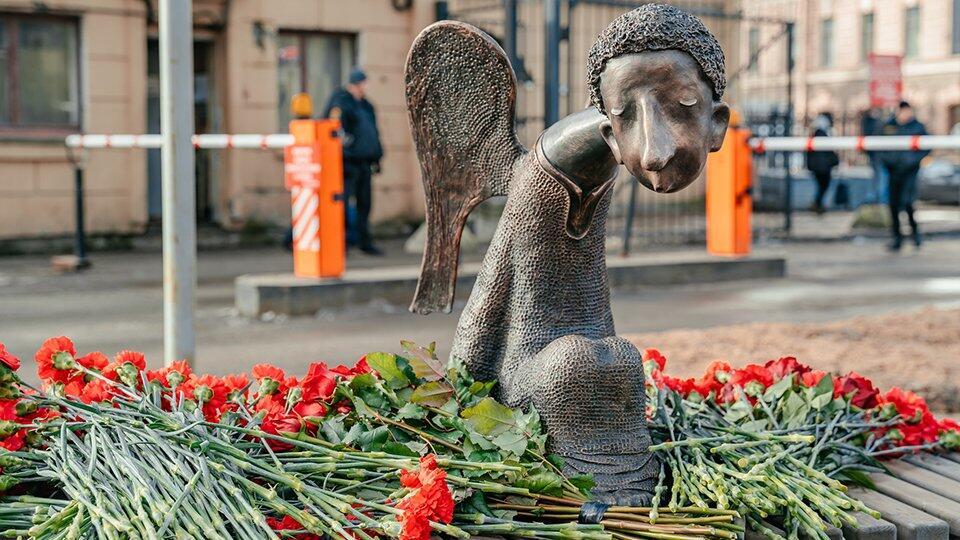 В Петербурге открыли памятник умершим от COVID медикам