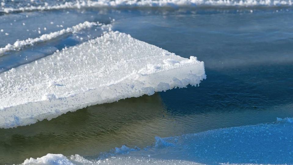 На Сахалине спасатели отправились на помощь двум рыбакам на льдине